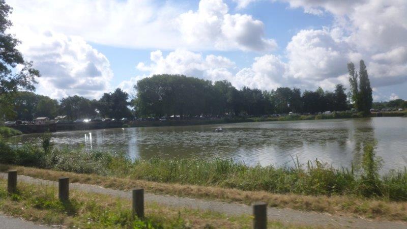 Le long du canal de la Martinière